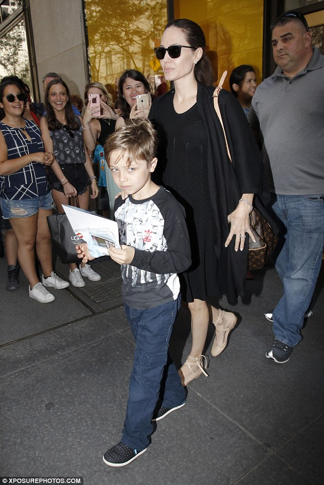 35703B7800000578-3648561-Stay_with_me_Jolie_kept_Knox_close_by_her_side_placing_a_firm_sh-m-188_1466292525180.jpg